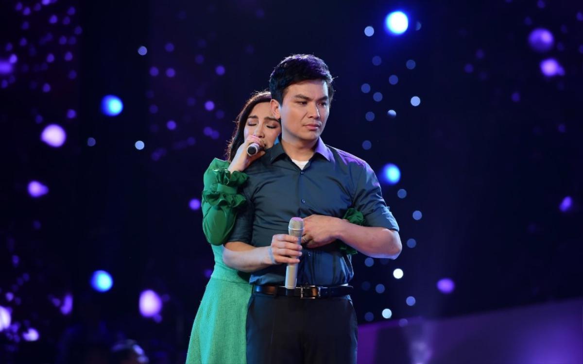 Cảm động clip Phi Nhung hát trong đám cưới Mạnh Quỳnh